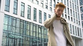 Retrato video do homem à moda novo exterior na rua da cidade vídeos de arquivo