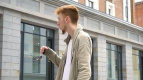 Retrato video do homem à moda novo exterior na rua da cidade video estoque