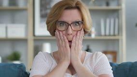 Retrato viejo de preguntarse mayor sorprendente, sorprendido de la mujer almacen de metraje de vídeo