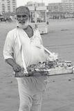 Retrato - viejo hombre en la playa de Clifton, Karachi, Paquistán Fotografía de archivo
