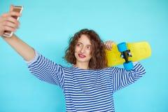 Retrato vivo de la mujer joven del inconformista con el monopatín Imagen de archivo libre de regalías