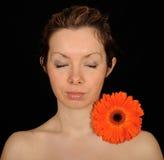 Retrato y flor de la mujer Foto de archivo libre de regalías