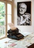 Retrato y máquina de escribir original en el museo de Herman Hesse Foto de archivo libre de regalías