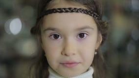 Retratos das crianças na loja, criança fêmea que faz expressões faciais e sorriso video estoque