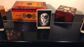 Retratos de escritores clássicos do russo em um quadro em uns retratos retros de Pushkin e em um Yesenin interiores, preto e bran video estoque