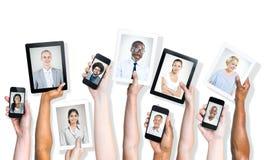 Retratos de la gente diversa en los dispositivos de Digitaces Fotos de archivo libres de regalías