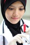 Retratos del doctor musulmán bonito de la mujer Imagenes de archivo