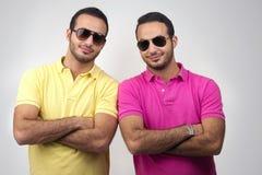 Retratos dos gêmeos idênticos disparados contra o fundo branco Fotos de Stock Royalty Free