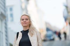 Retratos felizes da jovem mulher na cidade imagem de stock