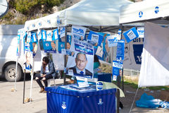 Retratos múltiplos de Benjamin Netanyahu na mesa de voto em Je Fotografia de Stock