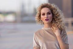 Retratos rubios jovenes atractivos de moda de la calle de la mujer Imagen de archivo