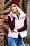 Retratos rubios jovenes atractivos de moda magníficos de la calle de la mujer Imagenes de archivo
