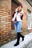 Retratos rubios jovenes atractivos de moda magníficos de la calle de la mujer Imagen de archivo libre de regalías