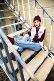 Retratos rubios jovenes atractivos de moda magníficos de la calle de la mujer Foto de archivo