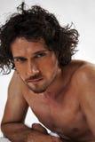 Retratos semi desnudos de un hombre muscular hermoso Fotografía de archivo