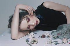 Retratos surrealistas de una muchacha con las flores secas, el maquillaje y la joyería Imagen de archivo libre de regalías