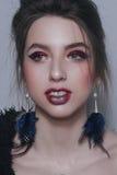 Retratos surrealistas de una muchacha con las flores secas, el maquillaje y la joyería Foto de archivo