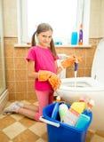 Retrete de la limpieza de la muchacha con repugnancia imagenes de archivo