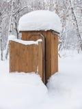 Retrete público, cubierto con nieve Fotos de archivo