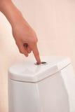 Retrete que limpia con un chorro de agua Imagenes de archivo