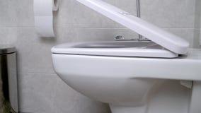 Retrete que se cierra suavemente La tapa de la taza del inodoro que se baja lentamente metrajes