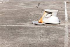 Retrete rasante al revés en el cemento al aire libre Imagen de archivo libre de regalías