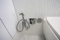 Retrete y detalle de un bid? de la esquina de la ducha con el accesorio de la ducha del soporte de la pared imagen de archivo libre de regalías