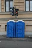 Retretes azules en la calle imagenes de archivo