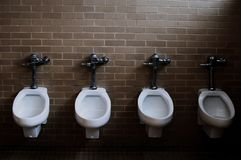 Retretes en el cuarto de baño, Missouri St. Louis es una ciudad situada en los Estados Unidos de América imágenes de archivo libres de regalías