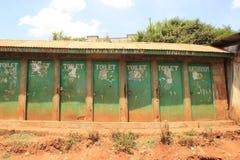 Retretes en los tugurios de Nairobi - uno de los lugares más pobres de África foto de archivo libre de regalías
