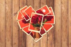 Retro ögonblickliga foto i hjärtaform med romantisk bild på trätabellen för fotoalbum planlägger valentin för dag s Arkivfoto