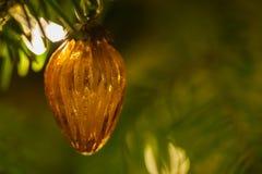 Retro żółta szklana Bożenarodzeniowa dekoracja w szyszkowym kształcie obraz royalty free