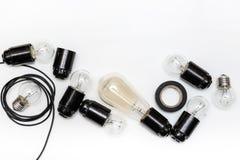 Retro żarówka, ładownicy i druty dla retro girland na białym tle odizolowywającym, Odgórny widok Fotografia Stock