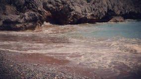 Retro żwir plaża z falami w Grecja - zwolnione tempo zbiory