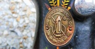 Retro- Abschluss der alten Nähmaschineweinlese oben Sänger Factory Emblem lizenzfreie stockfotografie