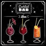 Retro affischdesign för cocktailbar Tappningaffisch, krita på en svart tavla, kort för stång eller restaurang Vektor som isoleras stock illustrationer