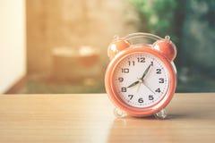 Retro- Alarmuhr gefiltertes Foto der Weinlese Art Lizenzfreies Stockfoto
