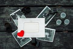 Retro alcune vecchie foto sul fondo di legno della tavola con le negazioni Fotografia Stock