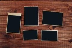 Retro algunas fotos viejas en la tabla de madera fotos de archivo libres de regalías