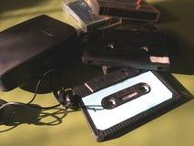 Retro- alter Walkman, Kopfhörer und Magnetband- für Tonaufzeichnungenkassetten zum Gedenken an a hinter zeit- Nostalgiekonzept stockbild