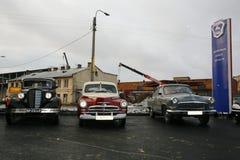 Retro- altes Auto Volga GAZ - M1 und GAZ - ` M-20 Sieg ` Stockbild