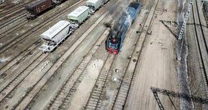 Retro- altes steamtrain, das an dem Kohlenstoff heute läuft in Moskau arbeitet stock footage