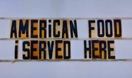 Retro Amerikaans voedselteken op route 66 stock foto