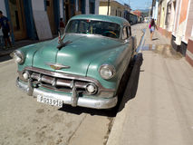 Retro- amerikanisches Auto geparkt in Kuba Stockbilder