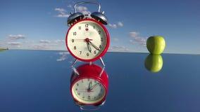Retro analoge motie en de appel van de wekkerpijl op spiegel Timelapse 4K stock videobeelden