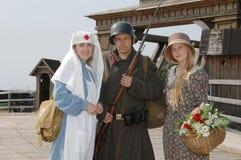 Retro- angeredete Abbildung mit zwei Frauen und Soldaten Lizenzfreie Stockfotos