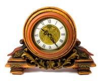 Retro--angeredete alte hölzerne Uhr lokalisiert auf einem weißen Hintergrund Stockfotos