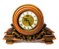 Retro--angeredete alte hölzerne Uhr lokalisiert auf einem weißen Hintergrund Lizenzfreie Stockfotos