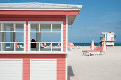 Retro- angeredeter rosa und weißer Bauholzkiosk auf Strand in Miami mit Stockbilder