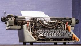 Retro- angeredetes Bild einer alten Schreibmaschine Stockfotos